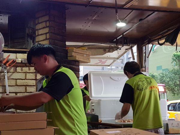 【新北 餐車美食】KK窯烤披薩 @貝大小姐與瑞餚姐の囂脂私蜜話
